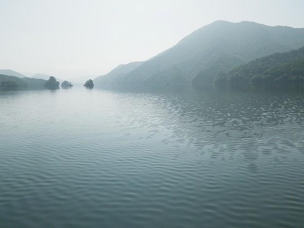 写真: 秋元湖の釣り人
