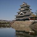 Photos: 堀越しに見る松本城