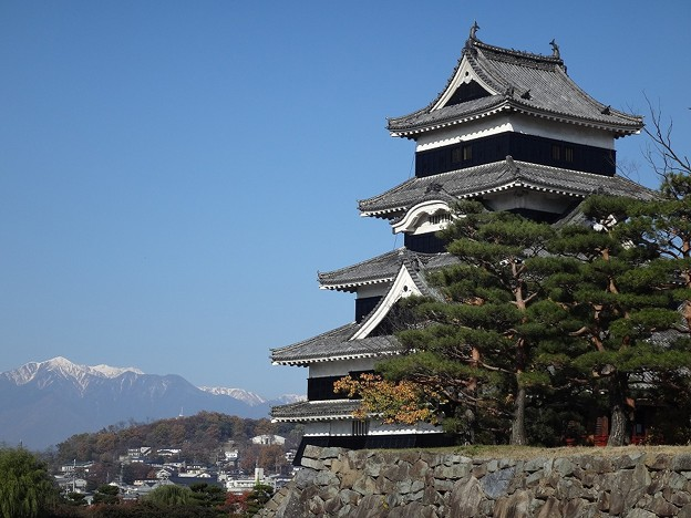 Photos: 松本城と雪山