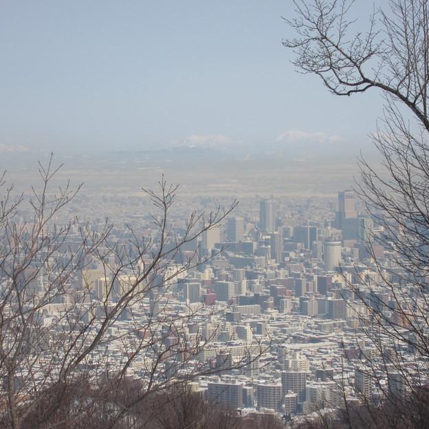 黄色く霞む札幌市上空