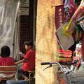写真: いつもの駄菓子屋で~っ!