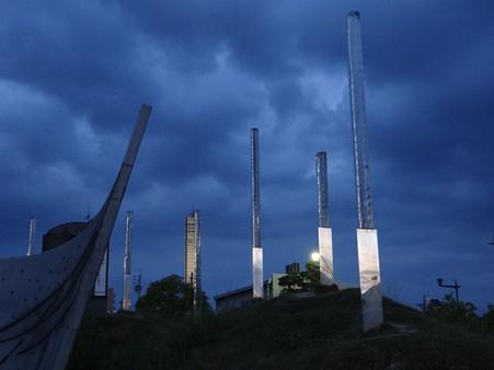 夜明け前の分光器とゴールドタワー