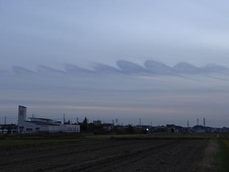空駆ける雲の波