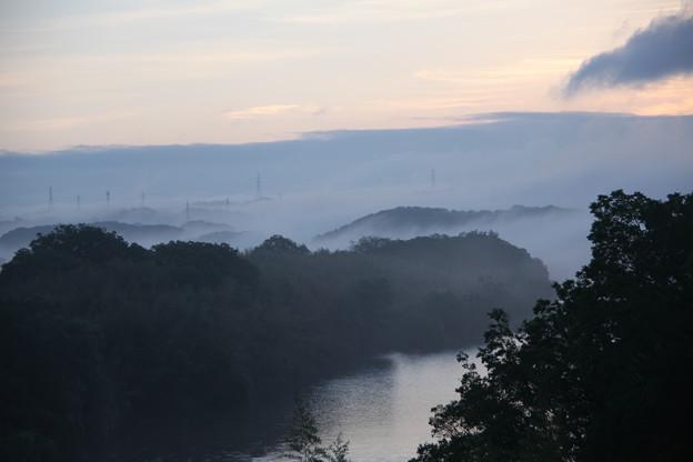 霧が立ち込める矢作川