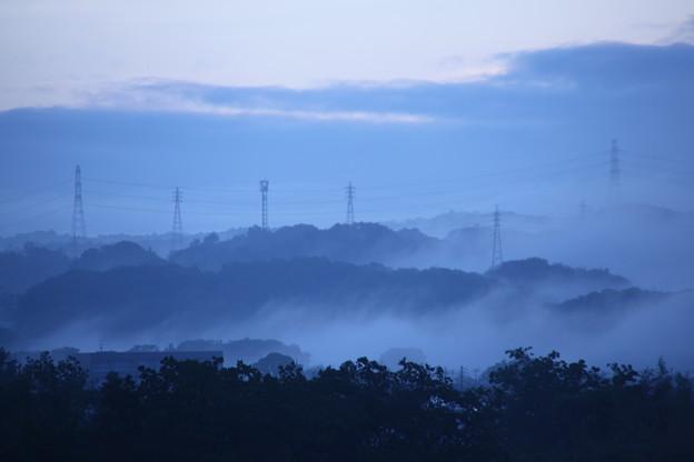 霧と送電線鉄塔