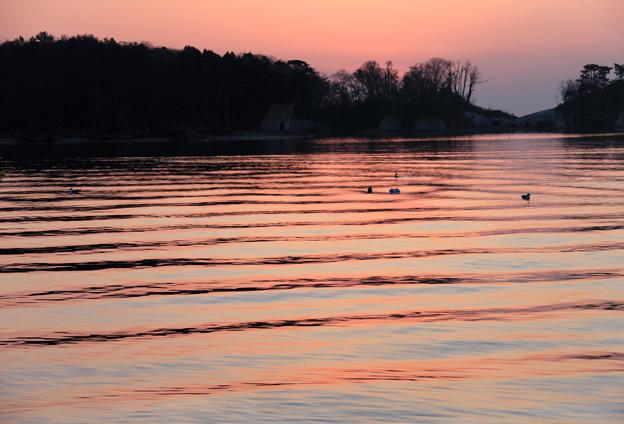 写真: 朝焼けの波模様