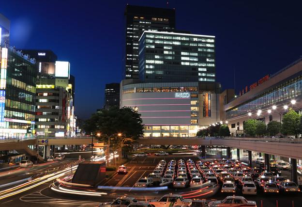 写真: 夜の仙台駅前
