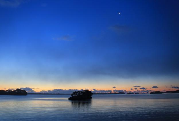 写真: 黎明の残月