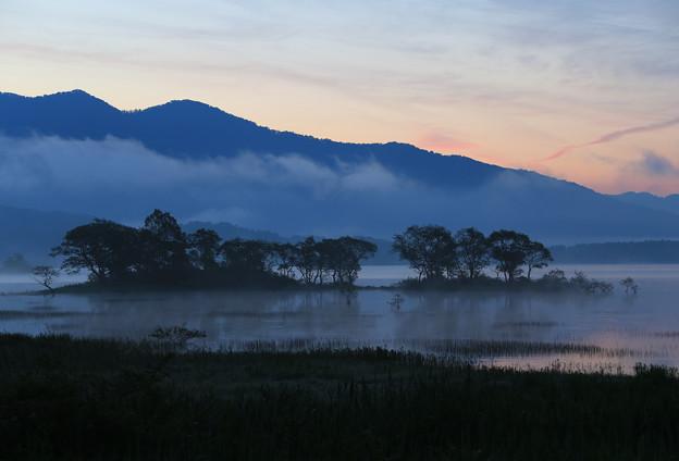 写真: 夜明けの湖畔