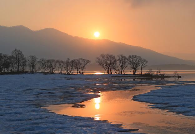 写真: 桧原湖に朝陽昇る