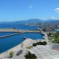 写真: 北の港の青い海
