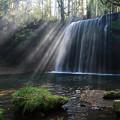 写真: 光芒降注ぐ鍋ヶ滝