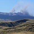 写真: 噴煙あがる阿蘇中岳