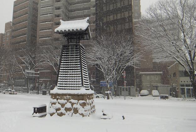 写真: 雪の降る街・仙台