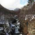 写真: 雪舞う渓谷