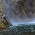 写真: 岩壁の飛沫