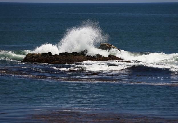 写真: 押し寄せる波