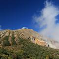 写真: 噴煙あがる一切経山