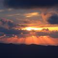 写真: 月山の夕暮れの光芒