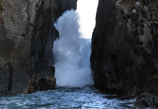 写真: 轟く波飛沫の神割崎