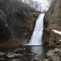 写真: 早春の秋保大滝