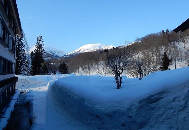 写真: 春遠し深山の温泉宿