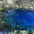 写真: 神秘的な青池