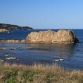写真: 深浦の奇岩と碧い海
