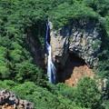 写真: 谷間に落ちる瀑布