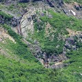 岩壁を流れる振子滝