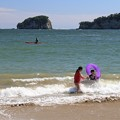 写真: 波に遊ぶ