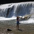 写真: 滝見る少女