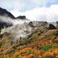 写真: 噴煙上がる湯気山