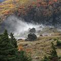 写真: 湯気上がる山