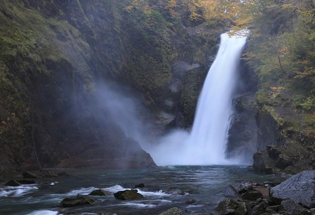 写真: 轟く大瀑布
