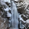 写真: 極寒の轟く大瀑布