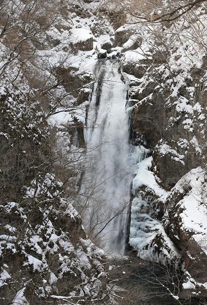 凍りつく寒さの滝