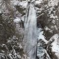 写真: 凍りつく寒さの滝