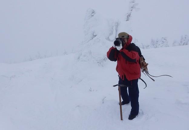 写真: 風雪に挑む