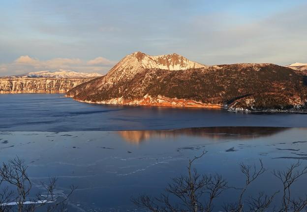写真: 夕陽に染まる摩周岳
