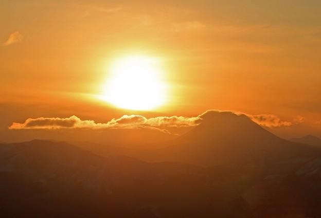 写真: 阿寒岳に沈む夕陽