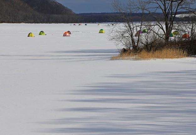 写真: 真冬のワカサギ釣り