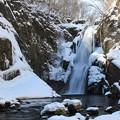 写真: 春でも厳寒の瀑布