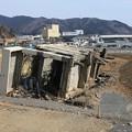 写真: 津波で倒壊した交番