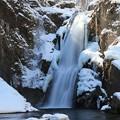 写真: 大滝に春の陽射し