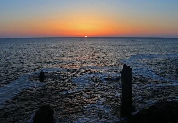 写真: 壮美な海に朝陽昇る