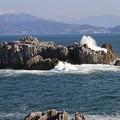 写真: 八幡岩の波飛沫