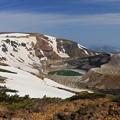 写真: 雪残る蔵王の御釜