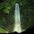 写真: 幻想的な玉簾の滝
