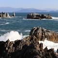写真: 飛沫舞う奇岩の絶景